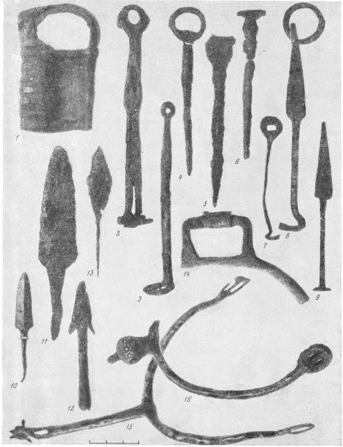 Древнерусские кузнецы снабжали землепашцев сошниками, серпами, косами, а воинов - мечами, копьями, стрелами